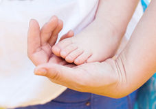 dziecka cieków ręki matka Zdjęcia Stock