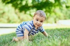 Dziecka czołganie na trawie zdjęcia stock