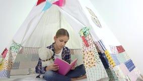 Dziecka czytanie, studiowanie w Playroom, dzieciak Bawi? si? przy boiskiem, Uczy si? dziewczyny