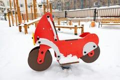 Dziecka dezerterujący boisko w zimie po ciężkiego śniegu obrazy stock