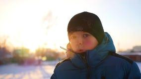 Dziecka dmuchania kontrpara od jego usta na zimnym dniu zdjęcie wideo