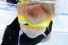 Dziecka dopłynięcie w basenie Podwodnym Zdjęcie Royalty Free