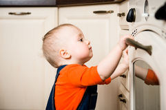 Dziecka dopatrywanie wśrodku kuchennego piekarnika Obraz Royalty Free
