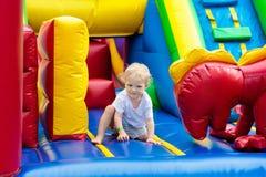 Dziecka doskakiwanie na boiska trampoline Dzieciaka skok Fotografia Stock