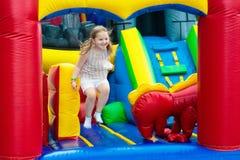 Dziecka doskakiwanie na boiska trampoline Dzieciaka skok Obraz Royalty Free