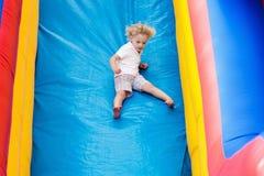 Dziecka doskakiwanie na boiska trampoline Dzieciaka skok Zdjęcia Stock