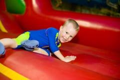 Dziecka doskakiwanie na trampoline Zdjęcia Stock