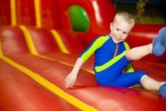 Dziecka doskakiwanie na trampoline Fotografia Royalty Free