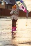 Dziecka doskakiwanie w błotnistej kałuży zbliżenie buty Obraz Stock