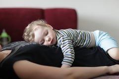 Dziecka dosypianie na jego matce Zdjęcia Stock