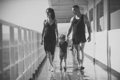 Dziecka dzieciństwa dzieci szczęścia pojęcie Rodzinny podróżowanie na statku wycieczkowym na słonecznym dniu Rodziny spoczynkowy  zdjęcie royalty free
