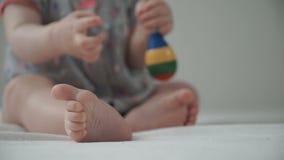 Dziecka dzieci bawią się z brzękiem zbiory