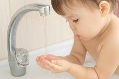 Dziecka dziecka gromadzenia się woda w palmach Obraz Stock