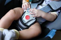 Dziecka dziecka obsiadanie w samochodowym siedzeniu z zbawczym paskiem blokującym obrazy stock
