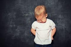 Dziecka dziecko i pusty czarny Blackboard Fotografia Royalty Free