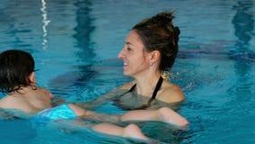Dziecka dziecko uczy się pływakowego basenu mama uczy pływanie znany wodę zdjęcie wideo