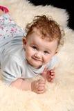 dziecka faux futerkowy przyglądający lying on the beach łachman przyglądający zdjęcia stock