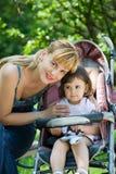 dziecka frachtu matka Zdjęcia Royalty Free