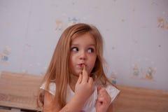 Dziecka gilr używać pomadkę zdjęcie stock