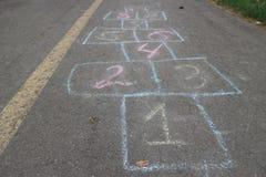 Dziecka hopscotch gemowego †'liczby malowali na asfalcie Obraz Stock