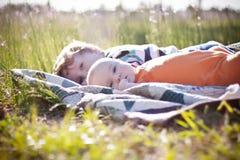 Dziecka i berbecia bracia kłama na kołderce Obrazy Royalty Free