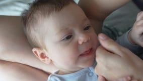 Dziecka i jego matki mały palec który stawiać w jego usta chwyta i próbuje zbiory
