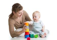 Dziecka i mamy sztuka z blokowymi zabawkami fotografia stock