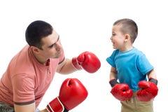 Dziecka i tata sztuka z bokserskimi rękawiczkami Fotografia Stock
