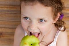 dziecka jabłczany łasowanie Obrazy Royalty Free