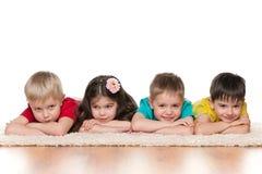 Dziecka kłamstwo na białym dywanie obraz stock