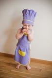 Dziecka kucharstwo przy kuchennym łasowania jabłkiem Zdjęcie Royalty Free