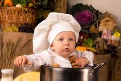 dziecka kucharstwo wśrodku wielkiego garnka obsiadania zapasu Obraz Royalty Free