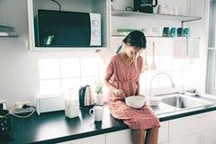 Dziecka kucharstwo w kuchni Zdjęcie Royalty Free