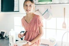 Dziecka kucharstwo w kuchni Zdjęcia Royalty Free