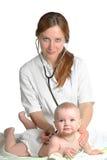 dziecka lekarki egzaminów kobieta Zdjęcie Royalty Free
