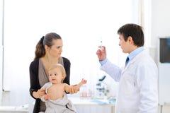dziecka lekarki pediatra strzykawka nieszczęśliwa zdjęcia stock