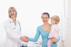 dziecka lekarki ręki mienia matka target2544_1_ Zdjęcie Royalty Free