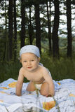 dziecka śliczny trawy obsiadanie Fotografia Stock