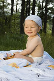 dziecka śliczny trawy obsiadanie Obrazy Royalty Free