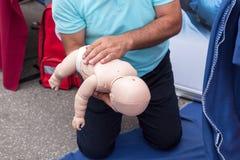 Dziecka lub dziecka pierwszej pomocy szkolenie dla dławić obraz stock