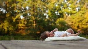 Dziecka lying on the beach na koc w lesie zbiory wideo