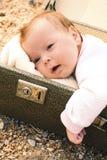 Dziecka lying on the beach w walizce Obrazy Stock