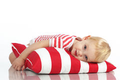 Dziecka lying on the beach z poduszką Zdjęcie Royalty Free