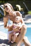 dziecka mamy poolside Fotografia Stock