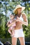 dziecka mamy poolside Zdjęcie Royalty Free