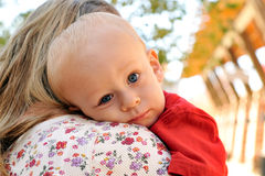 dziecka mienia matka Fotografia Royalty Free