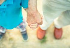 Dziecka mienia ręka starszy mężczyzna w naturze Fotografia Royalty Free