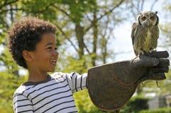 Dziecka mienia sowa Zdjęcie Stock