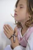 Dziecka modlenie z krzyżem Fotografia Royalty Free