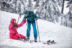 Dziecka narciarstwo w górach Zima sport dla dzieciaków Rodzina vac zdjęcie stock